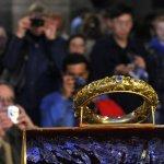 21 Mars 2014 : Triduum spécial autour de la Sainte Couronne d'épines pour les 800 ans de la naissance et du baptême de Saint Louis. Elle est placée, ici, dans la chapelle des septs douleurs, sous la surveillance des Chevaliers de l'Ordre du saint sépulcre, dans l'attente de la célébration. Cath. Notre Dame de Paris (75) France.  March 21th, 2014:  Veneration of the Crown of Thorns in Notre Dame Cath. fot the 800th anniversary of the birth and baptism of Saint Louis. Paris (75) France.