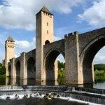 2 août  2014 : Le pont Valentré. Pont fortifié composé de trois tours et six arches, construit  au XIVe siècle au-dessus du Lot. Cahors (46), France.  August 2, 2014: The fortified Valentré bridge. Cahors, France.
