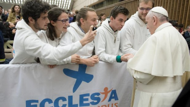 10 janvier 2018 : Le pape François s'adresse à des étudiants français du réseau Ecclesia Campus, pastorale étudiante en France, lors de l'audience générale au Vatican DIFFUSION PRESSE UNIQUEMENT.  EDITORIAL USE ONLY. NOT FOR SALE FOR MARKETING OR ADVERTISING CAMPAIGNS. January 10, 2018: Pope Francis and young French people of Ecclesia campus, during the general audience in Paul VI hall at the Vatican.