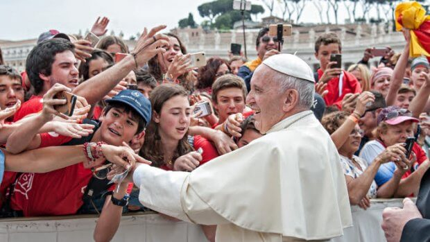 2 mai 2018 : A la fin de l'audience générale, le pape François va saluer un groupe de jeunes. Place Saint Pierre, Vatican.  May 02, 2018: Pope Francis greets young people at the end of the weekly general audience in St Peter's Square at the Vatican.