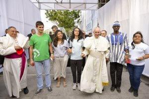 24 janvier 2019 : Le pape François marche, entouré de jeunes, lors de la cérémonie d'accueil et d'ouverture des Journées Mondiales de la Jeunesse, au Campo Santa Maria La Antigua. A g. Mgr Jose Domingo ULLOA MENDIETA, arch. de Panama. Ville de Panama, au Panama. DIFFUSION PRESSE UNIQUEMENT. EDITORIAL USE ONLY. NOT FOR SALE FOR MARKETING OR ADVERTISING CAMPAIGNS January 24, 2019 : Pope Francis attends the opening ceremony for World Youth Day at the Coastal Beltway in Panama City, Panama.
