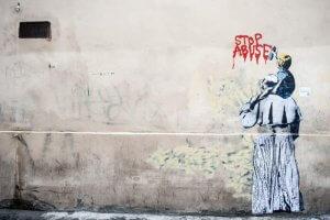 """26 mars 2019 : Peinture murale de l'artiste TVBOY qui représente un enfant écrivant à la bombe de peinture rouge """"arrêtez les abus"""", alors qu'il est assis sur les épaules du pape François. Peinture murale qui fait référence aux abus sexuels sur mineurs commis au sein de l'Eglise catholique. Vicolo degli Osti à Rome, Italie. March 26, 2019 : A murales by street artist TVBOY shows Pope Francis from behind and a child on his shoulders writing on the wall Stop Abuse, in Vicolo degli Osti in Rome, Italy."""