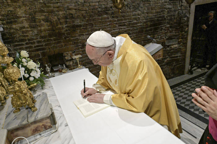 25 mars 2019 : Le pape François signant l'exhortation apostolique du Synode sur les jeunes, Lorette, Italie DIFFUSION PRESSE UNIQUEMENT  EDITORIAL USE ONLY. NOT FOR SALE FOR MARKETING OR ADVERTISING CAMPAIGNS. March 25, 2019 : Pope Francis signs the Synod's post-synodal exhortation on youth during his visit to the Sanctuary of Loreto, Italy.