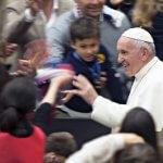 6 avril 2019 : Le pape François saluant la foule lors de l'audience avec les  jeunes et les enseignants du collège San Carlo de Milan. Vatican.  April 6, 2019: Pope Francis during the audience with students and teachers of the San Carlo Institute of Milan. Vatican