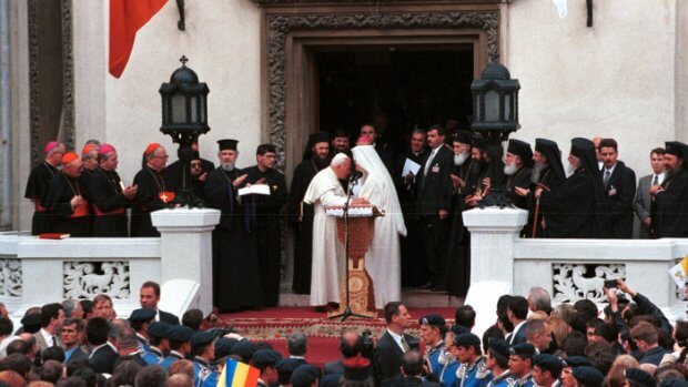 09 mai 1999 : Jean Paul II et le patriarche Teoctist, primat de l'Égl. orthodoxe de Roumanie, Bucarest, Roumanie.  May 09th, 1999: John Paul II and the patriarch Teoctist, primacy of orthodox Égl. of Rumania, Bucharest, Rumania.