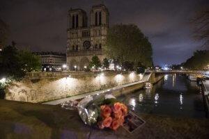16 avril 2019 : Au lendemain de l'incendie de la cathédrale Notre-Dame de Paris, des personnes ont déposé des fleurs sur le petit pont. Paris (75), France.
