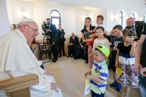 2 juin 2019 : Le pape François rencontre des memebres de la communauté Rom de Blaj, Roumanie. DIFFUSION PRESSE UNIQUEMENT.  EDITORIAL USE ONLY. NOT FOR SALE FOR MARKETING OR ADVERTISING CAMPAIGNS. June 02, 2019: Pope Francis meets with members of the Roma community in the Barbu Lautaru district of Blaj, Romania.