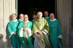 Le P. Spinosa (3ème en partant de la g.), Mgr Pontier et les chapelains