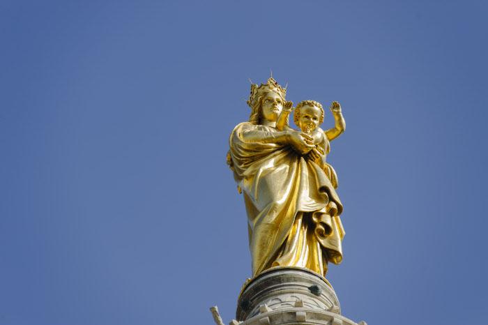 8 juin 2014 : Statue monumentale de la Vierge à l'enfant surplombant le clocher de la basilique Notre Dame de la Garde, à Marseille (13), France.  June 8, 2014: Madonna and child statue on the top of Notre Dame de la Garde. Pentecost Sunday in Marseille (13), France.