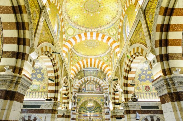 8 juin 2014 : L'intérieur de la basilique Notre Dame de la Garde, décoré de mosaiques. Marseille (13), France.  June 8, 2014: The golden mosaics of Notre Dame de la Garde Basilica in Marseille, France.