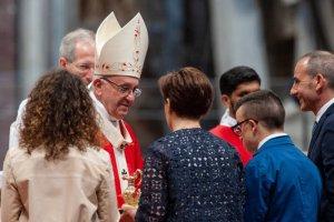 20 mai 2018 : Le pape François salue une famille durant la célébration de la messe de Pentecôte, en la basilique Saint Pierre au Vatican.