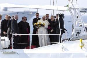 8 juillet 2013 : Pour son premier voyage, le pape François se rend sur l'île de Lampedusa, porte d'entrée de l'Europe pour de nombreux migrants en quête d'une vie meilleure, souvent au prix de leur vie. Lampedusa, Italie. July 8,2013: Pope Francis during his visit to the island of Lampedusa, southern Italy.