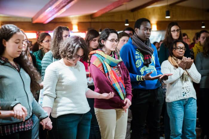 7 mai 2017 : Prière entre fidèles musulmans et chrétiens à la fin de la conférence du Cheikh Khaled BEN TOUNES et de Frère Allois, lors du rassemblement interreligieux et fraternel entre jeunes musulmans et chrétiens, organisé par la communauté de Taizé (71), France.