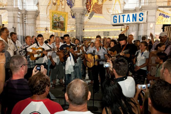 21 août 2012 : Aubade des musiciens sur le parvis de la basilique lors du 56e pèlerinage des gitans et des gens du voyage, Lourdes (65), France.