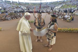 19 janvier 2018 : Le pape François rencontre les peuples autochtones d'Amazonie au Coliseo Regional Madre de Dios à Puerto Maldonado, Pérou. DIFFUSION PRESSE UNIQUEMENT. EDITORIAL USE ONLY. NOT FOR SALE FOR MARKETING OR ADVERTISING CAMPAIGNS. January 19, 2018 : Pope Francis during a meeting with members of an indigenous group from the Amazon region at the Coliseo Regional Madre de Dios in Puerto Maldonado, Peru.
