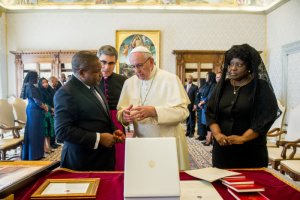 14 septembre 2018 : Le pape François reçoit en audience privée Filipe NYUSI, président de la République du Mozambique. Vatican. September 14, 2018: Mozambique's President Filipe NYUSI speaks with Pope Francis during a private audience at the Vatican.