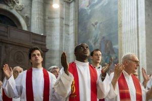"""29 juin 2019 : Prêtres récitant le """"Notre Père"""", lors de la messe d'ordinations sacerdotales. Eglise Saint Sulpice, Paris (75), France."""