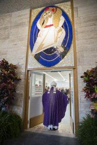 """18 décembre 2015 : Le pape François ouvre la """"porte sainte"""" du centre d'hébergement pour sans-abri tenu par la Caritas. Rome, Italie. DIFFUSION PRESSE UNIQUEMENT. EDITORIAL USE ONLY. NOT FOR SALE FOR MARKETING OR ADVERTISING CAMPAIGNS. December 18, 2015: Pope Francis opens the Holy Door at the Caritas homeless centre in downton Rome, Italy."""