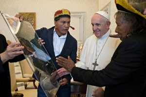 """27 mai 2019 : Le pape François reçoit en audience privée le chef indigène de l'Amazonie Raoni Metukire, leader du peuple Kayapo (d) et sa délégation. Vatican. DIFFUSION PRESSE UNIQUEMENT. EDITORIAL USE ONLY. NOT FOR SALE FOR MARKETING OR ADVERTISING CAMPAIGNS May 27, 2019: Pope Francis meets Mr. Raoni """"Cacique"""" of the Kayapò Tribe in the state of Mato Grosso in the Brazilian Amazon (R), during a private audience in the Vatican."""