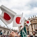 22 octobre 2014 : Drapeaux japonais. Place Saint Pierre, Vatican, Rome, Italie.  October 22, 2014: Group of the faithful of the Diocese of Tokyo, with flags of Japan during the weekly general audience, in St.Peter's Square, at the Vatican, Rome, Italy.