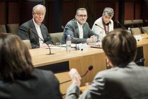 12 février 2019 : Mgr Luc CREPY, évêque du Puy-en-Velay, pdt de la cellule permanente de lutte contre la pédophilie (CPLP), Mgr Olivier RIBADEAU DUMAS, secrètaire général et porte parole de la Conférence des évêques de France et Ségolaine MOOG, déléguée des évêques de France pour la lutte contre la pédophilie, auditionnés lors de la commission sénatoriale d'information sur les politiques de prévention, de détection, d'organisation des signalements et de répression des cas d'infractions sexuelles susceptibles d'être commises par des personnes en contact avec des mineurs dans le cadre de l'exercice de leur métier ou de leurs fonctions. Sénat, Paris (75), France.