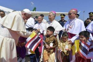 19 novembre 2019 : Arrivée du pape François sur l'aéroport de Bangkok où il salue les enfants présents. Bangkok, Thaïlande. DIFFUSION PRESSE UNIQUEMENT. EDITORIAL USE ONLY. NOT FOR SALE FOR MARKETING OR ADVERTISING November 19, 2019: Pope Francis arrives at Bangkok Airport, Thailand.
