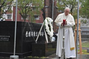 24 novembre 2019 : Le pape François à l'Atomic Bomb Hypocenter Park à Nagasaki, Japon. DIFFUSION PRESSE UNIQUEMENT. EDITORIAL USE ONLY. NOT FOR SALE FOR MARKETING OR ADVERTISING November 24, 2019: Pope Francis at the Atomic Bomb Hypocenter Park in Nagasaki, Japan.