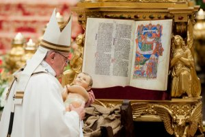 24 décembre 2016 : Le pape François déposant l'Enfant Jésus lors de la messe de Noël célébrée en la basilique Saint Pierre, au Vatican, Rome, Italie. December 24, 2016: Pope Francis holding a statue of Baby Jesus at the end of the Christmas Eve Mass, celebrated in St. Peter's Basilica at the Vatican.