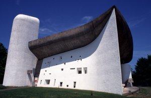 La Chapelle Notre-Dame-du-Haut édifiée entre 1950 et 1955 par Le CORBUSIER vue du sud ouest. Ronchamp, Haute-Saône (70), Franche-comté, France.