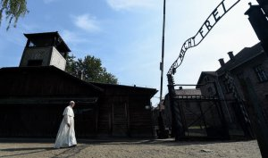 29 juillet 2016 : JMJ à Cracovie. A l'occasion du 75ème anniversaire de la mort du franciscain St Maximilien KOLBE, le pape François se rend au camp de concentration et d'extermination d'Auschwitz. Le pape franchit seul le portail d'entrée. Auschwitz, Pologne. July 29th, 2016: World Youth Day in Krakow.This year marks the 75th anniversary of the martyrdom of Saint Maximilian Kolbe. The Holy Father walk into the concentration and death camp Auschwitz passing through the entrance gate on his own. Auschwitz, Poland.