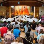 24 août 2017 : Prière lors de la semaine de rencontre des jeunes adultes au sein de la communauté de Taizé. Temps de prière dans l'église de la communauté. Taizé (71), France.