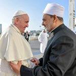 4 février 2019 : Le pape François saluant le cheikh Ahmed Mohamed el-Tayeb, imam de la mosquée al-Azhar avant de se rendre à la Grande Mosquée du cheikh Zayed pour une rencontre avec les membres du Conseil musulman des Anciens. Abu Dhabi, Emirats arabes unis. DIFFUSION PRESSE UNIQUEMENT.  EDITORIAL USE ONLY. NOT FOR SALE FOR MARKETING OR ADVERTISING CAMPAIGNS. February 4, 2019 : Pope Francis greets Grand Imam of al-Azhar, Ahmed Muhammad Ahmed el-Tayeb during his private meeting with members of the Muslim Council of Elders at the Sheikh Zayed Grand Mosque in Abu Dhabi, United Arab Emirates.