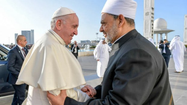 4 février 2019 : Le pape François saluant le cheikh Ahmed Mohamed el-Tayeb, imam de la mosquée al-Azhar avant de se rendre à la Grande Mosquée du cheikh Zayed pour une rencontre avec les membres du Conseil musulman des Anciens. Abu Dhabi, Emirats arabes unis. DIFFUSION PRESSE UNIQUEMENT.  EDITORIAL USE ONLY. NOT FOR SALE FOR MARKETING OR ADVERTISING CAMPAIGNS. February 4, 2019 : Pope Francis greets Grand Imam of al-Azhar, Ahmed Muhammad Ahmed el-Tayeb during his private meeting with members of the Muslim Council of Elders at the Sheikh Zayed Grand Mosque in Abu Dhabi, United Arab Emirates.