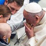 6 février 2019 : Le pape François embrassant la main d'un enfant malade lors de l'audience générale au Vatican.  February 6, 2019 : Pope Francis kisses the hand of a sick child during the weekly general audience at Paul VI hall at the Vatican.