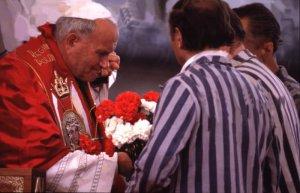 07 juin 1979: Jean Paul II lors de la messe célébrée au camp de concentration de Brzezinka (Birkenau), à Auschwitz, Pologne.