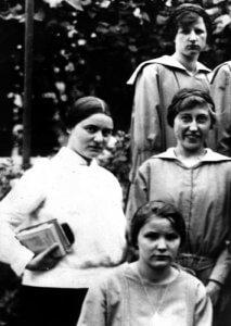 Ste Edith STEIN avec des étudiantes, enseignante d'Allemand et d'histoire au lycée et école normale féminine du couvent des dominicaines de la Madeleine, Spire, Allemagne.