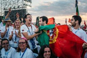 27 janvier 2019 : Journées mondiales de la jeunesse au Panama. Les JMJ 2022 auront lieu au Portugal. Pèlerins portugais brandissant leur drapeau en attendant François pour la messe au Campo San Juan Paul II (Saint Jean Paul II)du Métro Park. Ville de Panama au Panama.