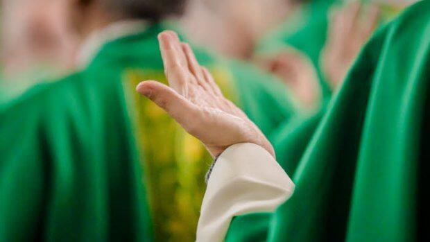 6 novembre 2019 : Main d'un prêtre en prière durant la célébration de la messe en la basilique Notre-Dame-du-Rosaire, lors de l'assemblée plénière des évêques de France. Lourdes (65), France.