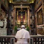 15 mars 2020 : En cette période de crise sanitaire due au coronavirus Covid-19, le pape François est venu à pied, prier le Christ en croix, dans l'église San Marcello al Corso.
