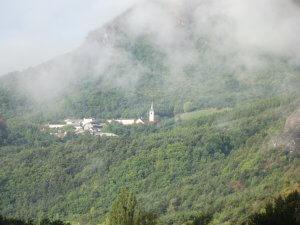 Une vue de Notre-Dame du Laus depuis la vallée de l'Avance