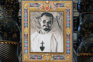 13 novembre 2005 : Portrait de Charles de FOUCAULD exposé lors de sa messe de béatification, bas. saint Pierre de Rome, Vatican.