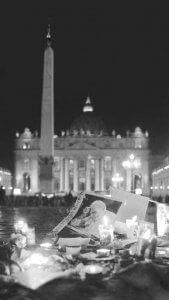 Watykan, 03.04.05. Zdjęcie zmarłego papieża Jana Pawła II wśród świeczek podczas wieczornego różańca na Placu św. Piotra w Watykanie, 3 bm. Przed różańcem z ustawionych w okolicach bazyliki watykańskiej głośników nadano apel do pielgrzymów, aby przystanęli i przyłączyli się do modlitwy. (pmb) PAP/Bartłomiej Zborowski