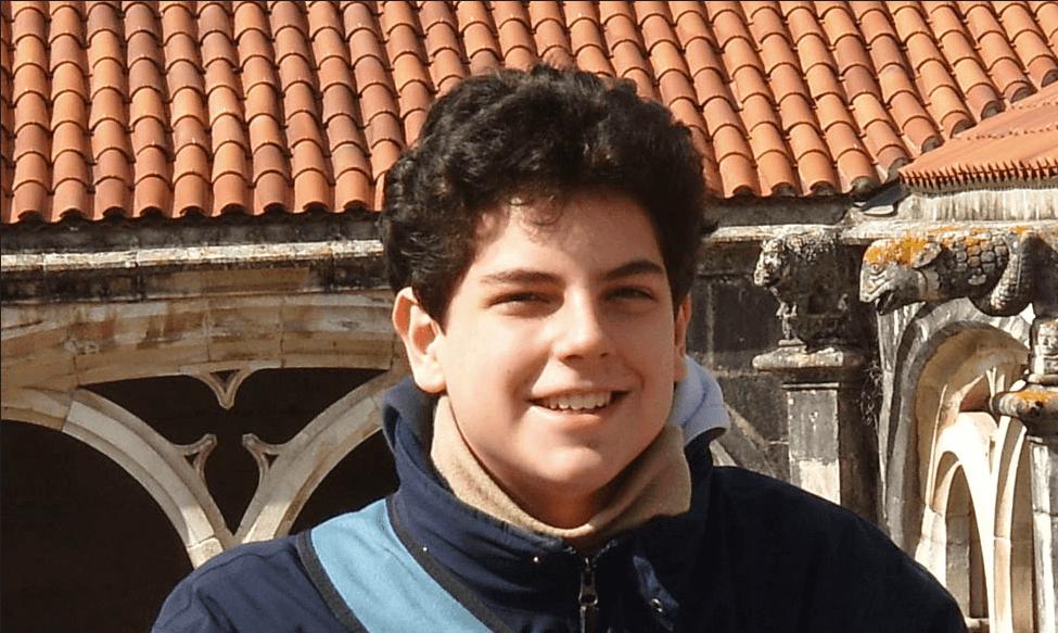 Carlo_acustis_deriere_un_cloitre_en_Italie