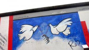 """Avril 2011 : """"Alles offen"""", peinture murale sur le mur de Berlin. Deux colombes emportent la Porte de Brandebourg, symbole de la séparation entre l'Est et l'Ouest, oeuvre de Rosemarie SCHINZLER réalisée en 1990. East Side Gallery, Berlin, Allemagne. April 2011 : Berlin Wall mural. East Side Gallery. Berlin. Germany."""