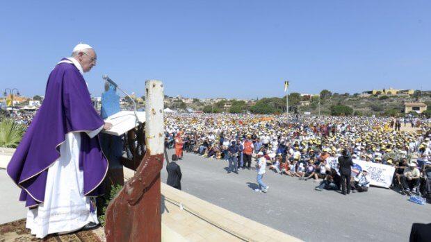 8 juillet 2013 : Pour son premier voyage, le pape François se rend sur l'île de Lampedusa, porte d'entrée de l'Europe pour de nombreux migrants en quête d'une vie meilleure, souvent au prix de leur vie. Lampedusa, Italie. DIFFUSION PRESSE UNIQUEMENT  EDITORIAL USE ONLY. NOT FOR SALE FOR MARKETING OR ADVERTISING CAMPAIGNS. July 8,2013: Pope Francis during his visit to the island of Lampedusa, southern Italy.