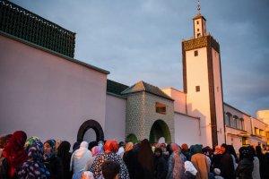 """24 Septembre 2015 : Les fidèles musulmans se réunissent à la Grande Mosquée de Mantes-la-Jolie pour la prière de l'Aïd el-Kébir (ou Aïd el-Adha), la """"fête du sacrifice"""". Mantes-la-Jolie, Yvelines (78), France. September 24, 2015: Muslim faithful gather at the Great Mosque of Mantes-la-Jolie for the prayer of Eid al-Kebir (or Eid al-Adha), the """"celebration of the sacrifice"""". Mantes-la-Jolie, Yvelines, France."""