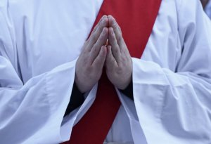 30 juin 2017 : Mains jointes d'un ordinand lors de la messe d'ordinations sacerdotales en la cath. Notre Dame à Paris (75), France.