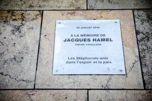 9 mars 2019 : Plaque en mémoire du P Jacques Hamel, posée sur le sol devant l'église de St Etienne du Rouvray où il fût assassiné par des terroristes. St Etienne du Rouvray (76), France.