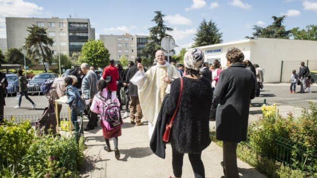 12 mai 2019 : A l'issue de la messe dominicale, le P. Bruno CADART, prêtre du Prado, invite les fidèles à s'inscrire pour participer à la fête paroissiale. Paroisse Saint-Jean XXIII, dans le quartier du Bois l'Abbé à Chennevières-sur-Marne (94), France.