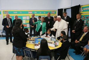 "25 septembre 2015 : Voyage du pape François aux Etats Unis. Le pape François visite l'école Notre-Dame Reine des Anges à Harlem, où il rencontre des enfants et des familles de migrants. New York, Etats Unis d'Amérique. September 25, 2015: Pope Francis visits ""Our Lady Queen of Angels"" School in East Harlem where the Holy Father meets children and families of migrants. New York, United States of America."